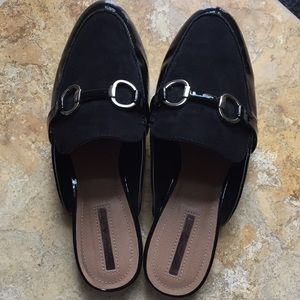 Tahari Frenchie comfy buckle patent/sueded slides